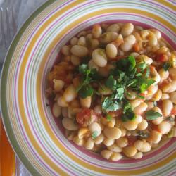 Φασόλια λευκά με ντομάτα, φρέσκο κρεμμυδάκι και μαϊντανό