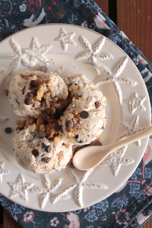 Frozen yogurt με μέλι, καρύδια και σοκολάτα