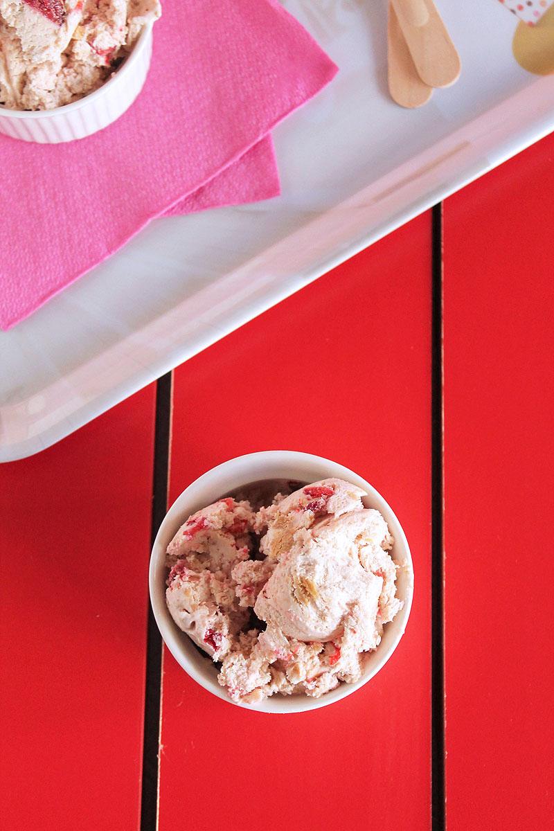 παγωτό cheesecake φράουλα | theonewithallthetastes.com