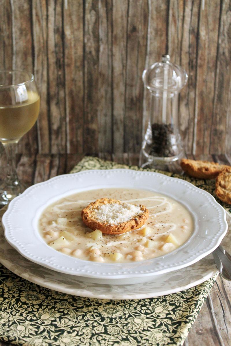 σούπα με λευκά φασόλια, πατάτες και παρμεζάνα