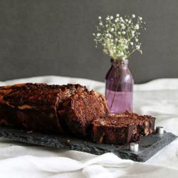 Κέικ με κακάο, βανίλια και κομμάτια σοκολάτας κ...