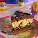 Η τούρτα της Ιφιγένειας με μπισκότο, μους σοκολάτας, κέικ με σταγόνες σοκολάτας και γκανάς
