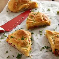 Πίτα κρουασάν με αυγά σκραμπλ και μπέικον...