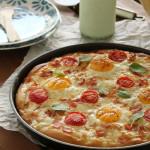 Πίτσα με γραβιέρα, μπέικον και αυγό και σαλάτα με μπέικον, μαρούλι και ντοματίνια