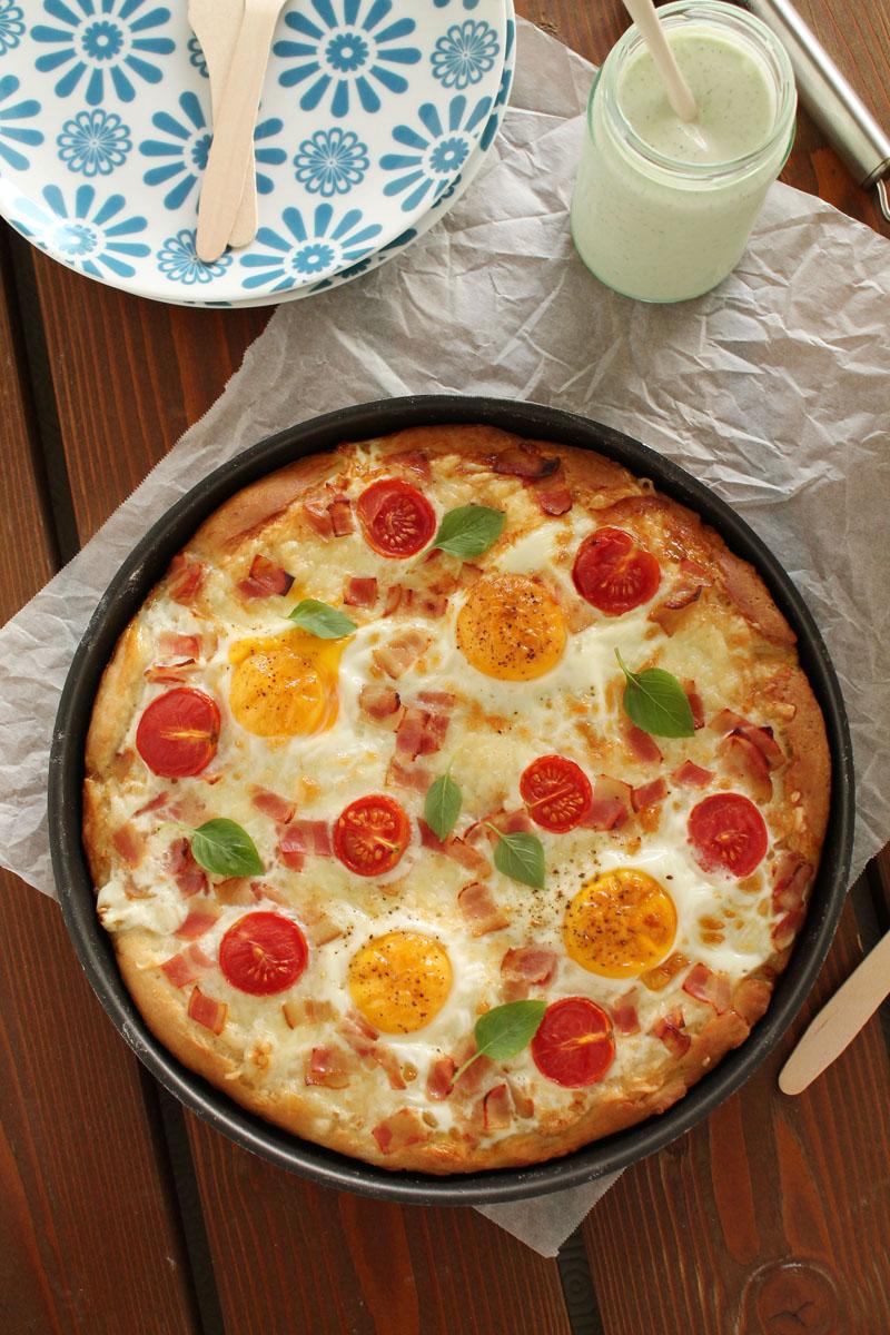 Πίτσα με γραβιέρα, μπέικον και αυγό