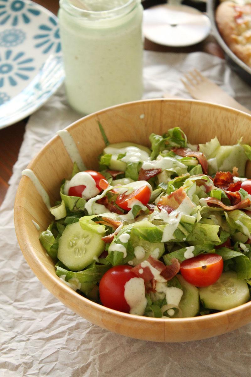 Σαλάτα με μπέικον, μαρούλι και ντοματίνια
