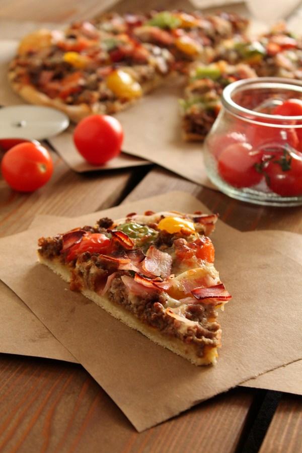 Στην κουζίνα των γεύσεων: Πίτσα με κιμά, μπέικον και πολύχρωμες πιπεριές