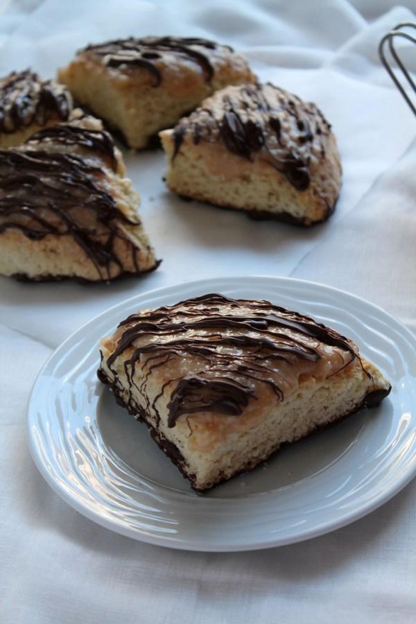 Στην κουζίνα των γεύσεων: Scones με καραμέλα, καρύδα και σοκολάτα
