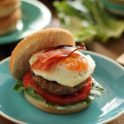 Μπέργκερ με αυγό και μπέικον + Crisp με ροδάκινο