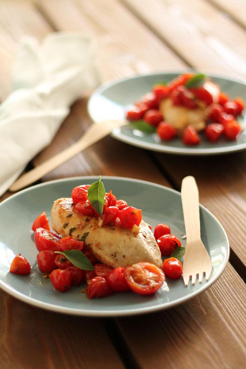 κοτόπουλο ψητό με ζεστή ντοματοσαλάτα | theonewithallthetastes.com