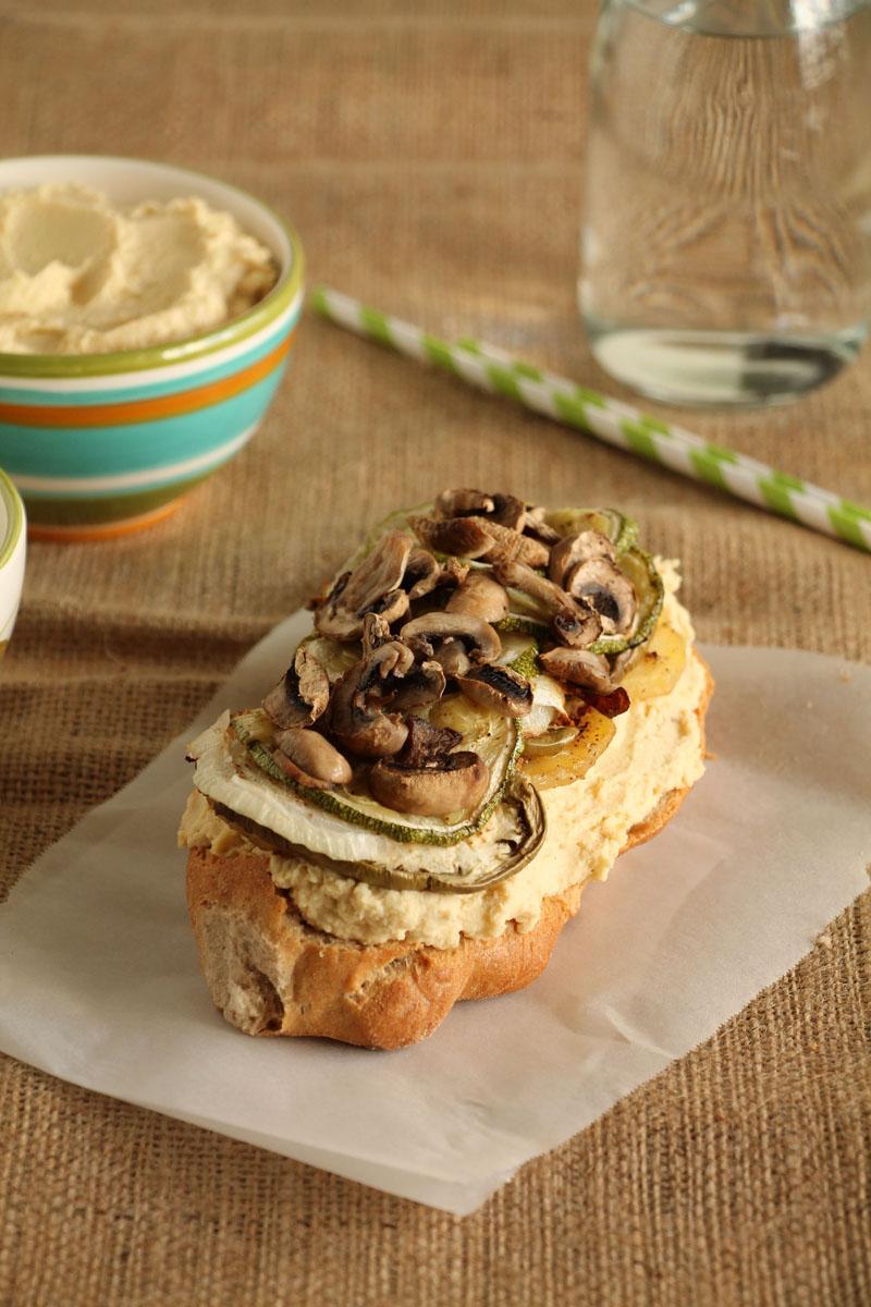 The one with all the tastes | Σάντουιτς με χούμους, ψητά λαχανικά και κατίκι