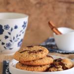 Μπισκότα με μέλι και κομμάτια σοκολάτας & Ρόφημα λευκής σοκολάτας με μπαχαρικά