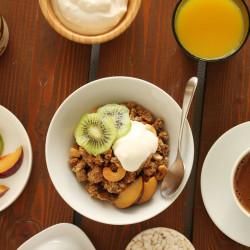 Γκρανόλα με φυστικοβούτυρο, μπανάνα και μέλι