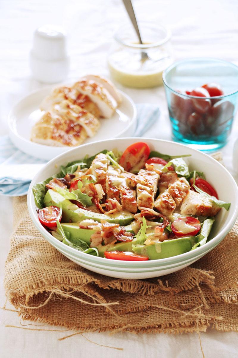 σαλάτα με κοτόπουλο, μπέικον και αβοκάντο | theonewithallthetastes.com