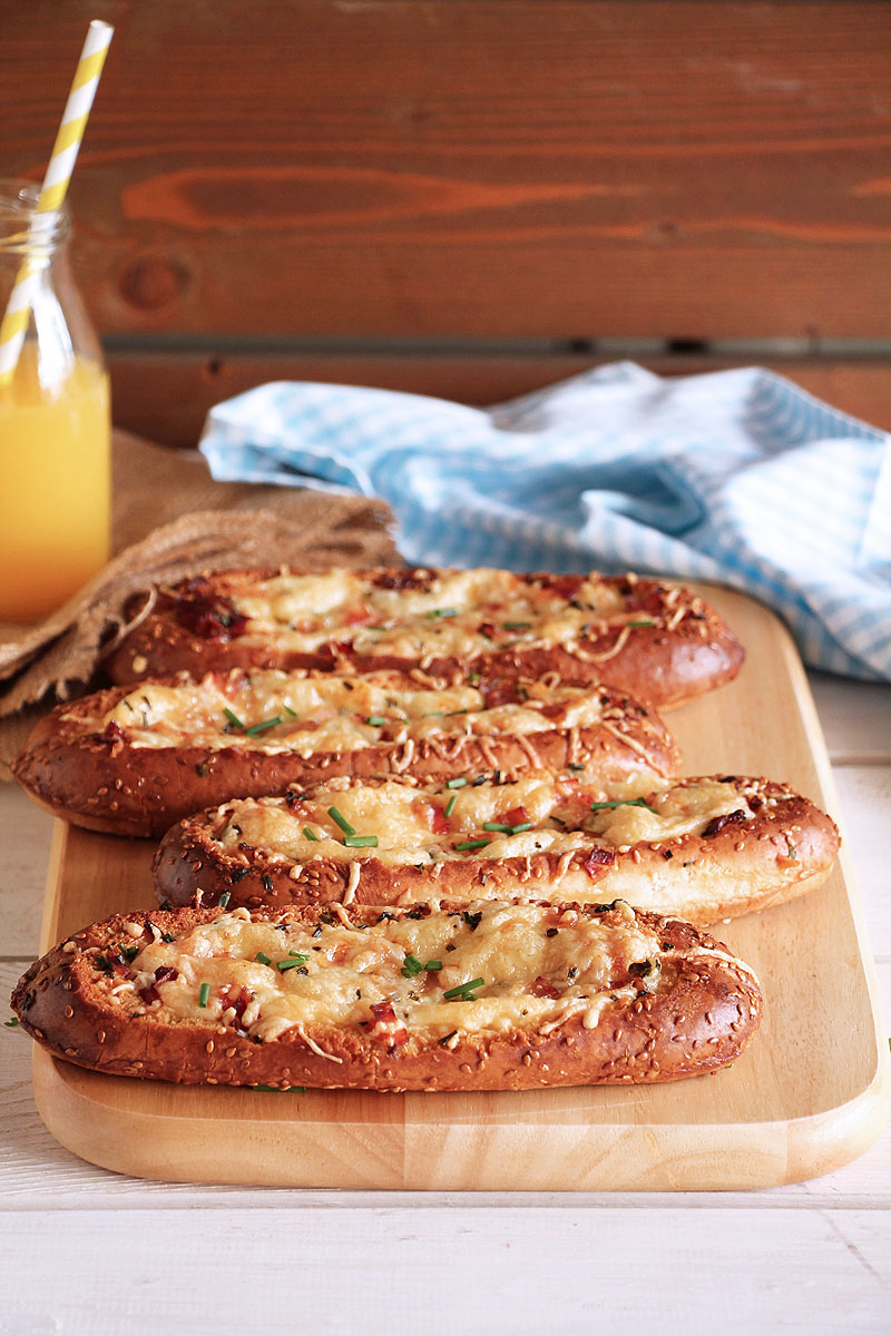 Ψωμάκια γεμισμένα με γκούντα και μπέικον