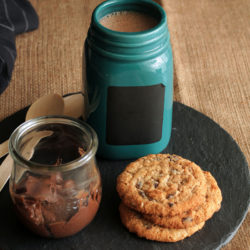 Σοκολατένιο smoothie με ταχίνι, πορτοκάλι και μ...