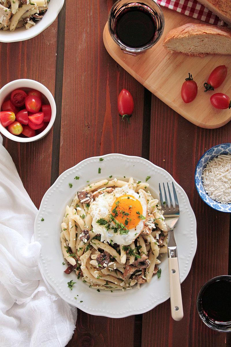 Σκιουφιχτά με απάκι, μανιτάρια και αυγό