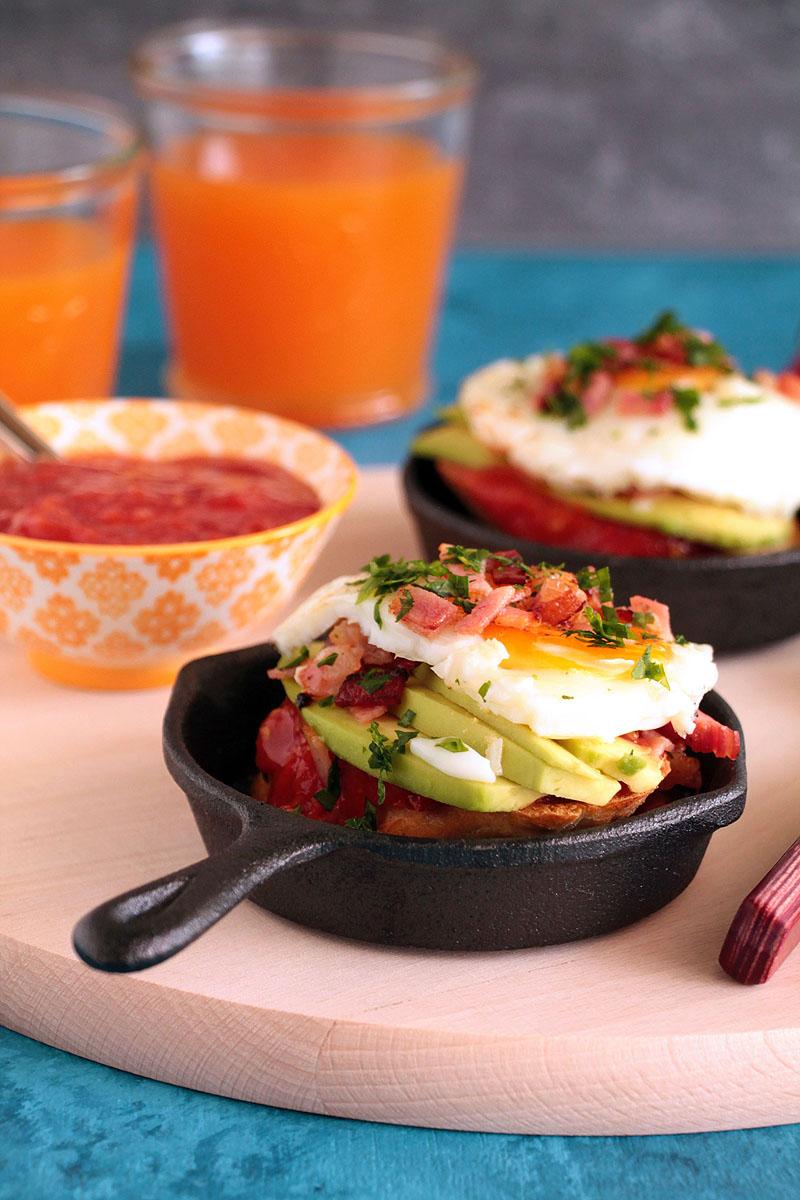τοστ με αβοκάντο, μπέικον, αυγό και μαρμελάδα ντομάτας