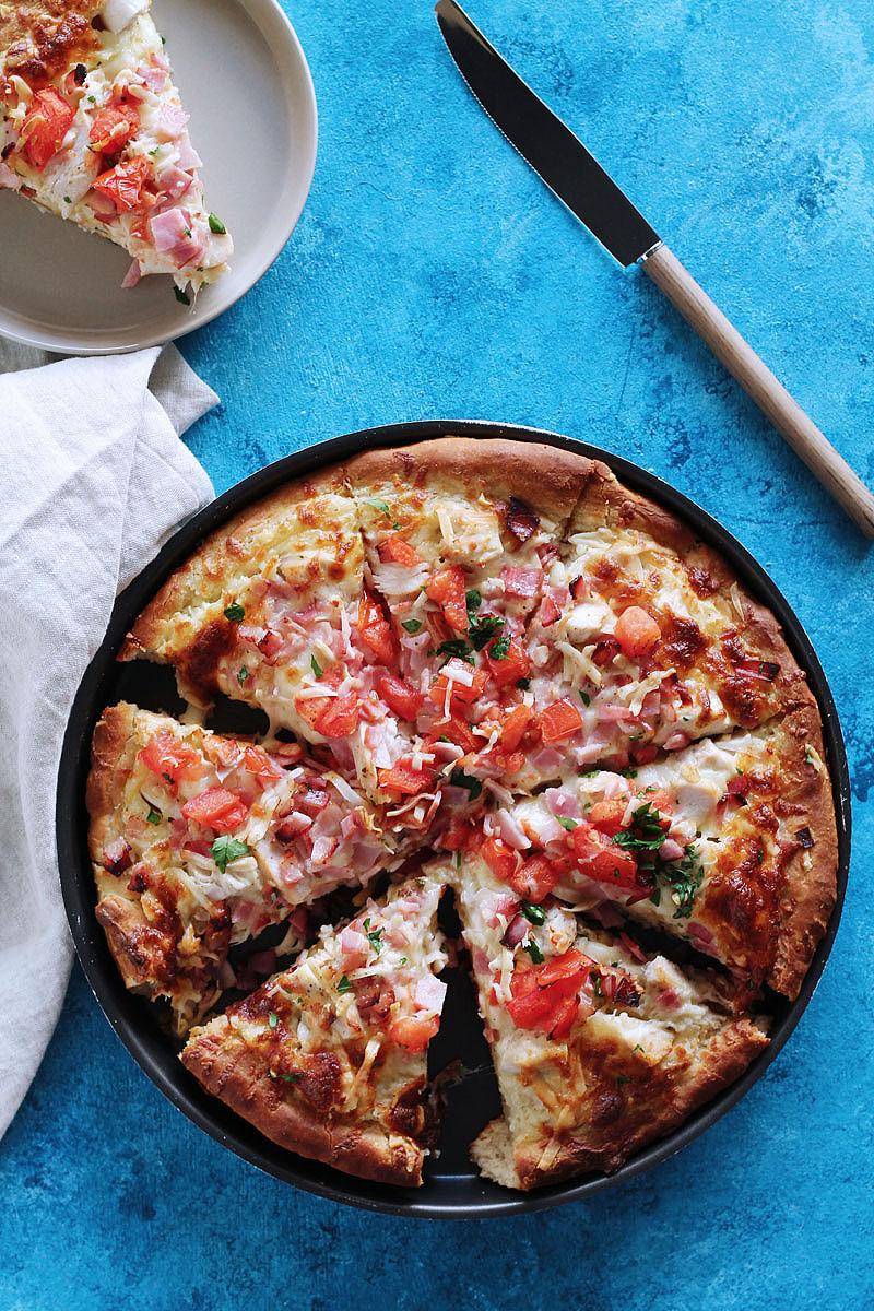 Πίτσα με λευκή σάλτσα και κοτόπουλο