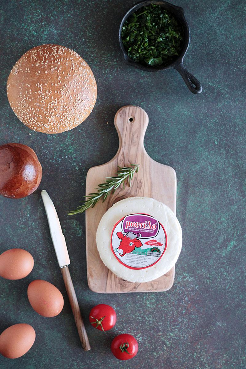 Ψωμάκια γεμιστά με μαλακό τυρί μαστέλο και αυγά