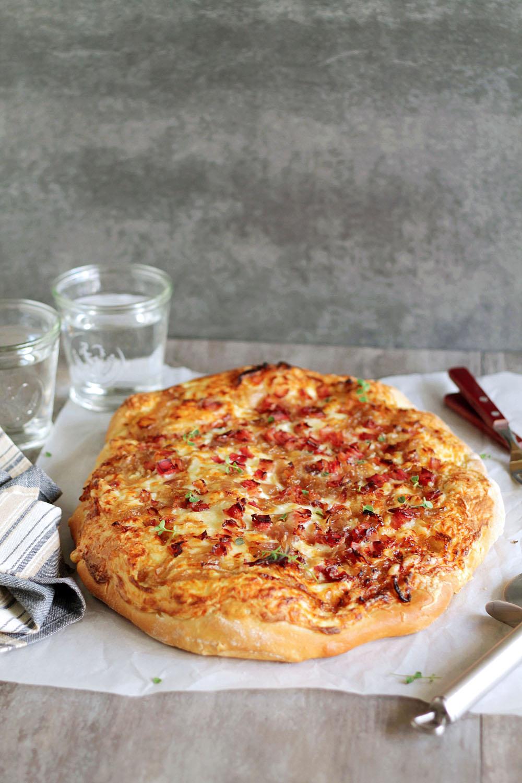 πίτσα με καραμελωμένα κρεμμύδια