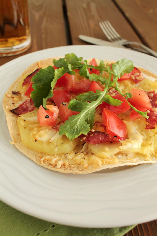 Πίτσα σε τορτίγια με πατάτα και σαλάμι